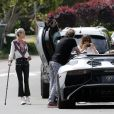 Une vendeuse de voiture de luxe vient faire découvrir une Lamborghini Aventador à Johnny Hallyday chez lui dans sa maison de Los Angeles, le 9 avril 2017. Johnny Hallyday, sa femme Laeticia et leurs amis Caroline de Maigret, Marie Poniatowski et son mari Pierre Rambaldi admirent le bolide sous toute ses coutures, et se prennent aussi en photo avec la voiture. Johnny se met au volant de la Lamborghini Aventador avant que la voiture ne reparte sur un camion.
