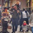 Exclusif - Blake Lively et son mari Ryan Reynolds se baladent incognito à New York avec leurs enfants James et Ines le 2 mars 2017.
