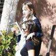 Jennifer Garner porte sa fille Seraphina dans ses bras dans les rues de Los Angeles, le 24 avril 2017.
