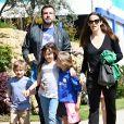 Ben Affleck et Jennifer Garner se baladent en famille avec leurs enfants Violet, Seraphina et Samuel dans les rues de Pacific Palisades. Le couple avait annoncé son divorce en juillet 2015.