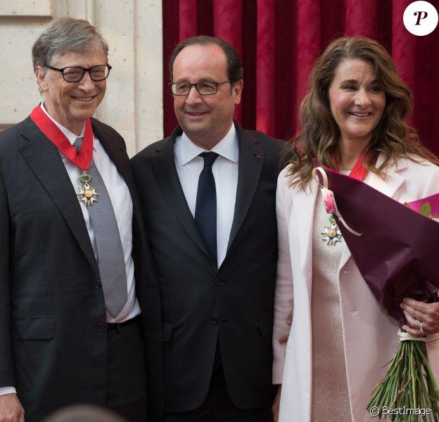 François Hollande, Président de la République Française, remet les insignes de Commandeur de la Légion d'Honneur à Bill Gates et sa femme Melinda à L'Elysée. Paris, le 21 avril 2017.