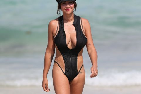 Jackie Cruz (Orange Is the New Black) : Sublime à la plage, avant la prison