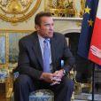 François Hollande remet les insignes de la Légion d'honneur à Arnold Schwarzenegger pour son engagement en faveur de l'environnement au palais de l'Elysée à Paris le 28 avril 2017