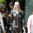 Elle Fanning quitte le Mark Hotel à New York, habillée d'un chemisier et d'un pantalon Prada. Le 2 mai 2017.