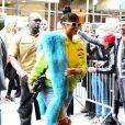 Rihanna arrive à l'hôtel The Carlyle habillée d'un pull Off-White™, d'un jean et de chaussures Vetements. Des lunettes de soleil Raen, une étole en fourrure Pologeorgis et un sac Christian Dior accessoirisent sa tenue. New York, le 1er mai 2017.
