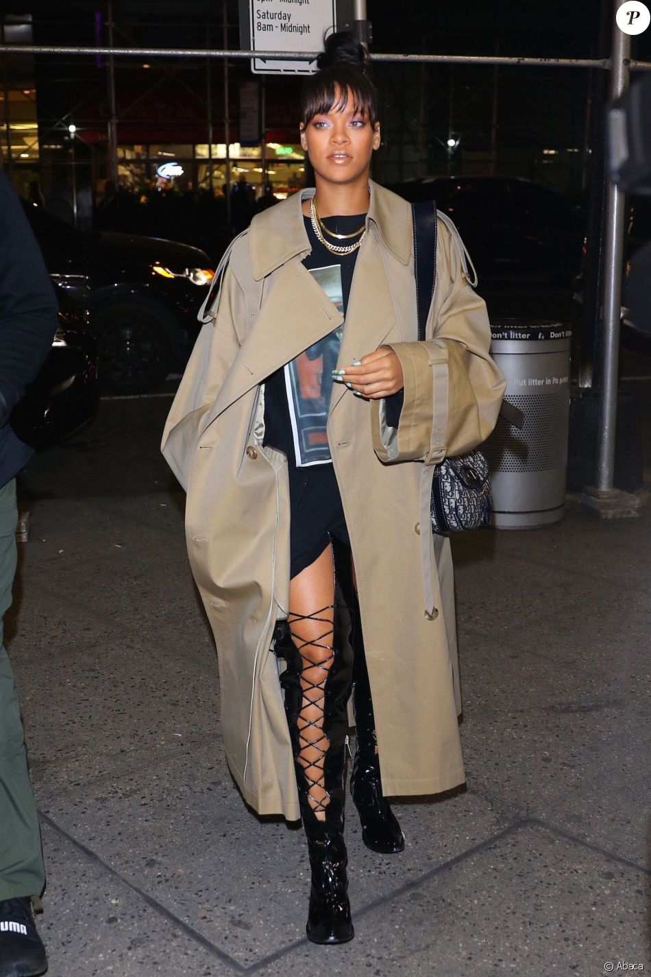 Rihanna à New York, porte un trench coat JUUN.J (collection