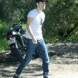 Exclusif - Paul Wesley (série 'Vampire Diaries') fait une pause en bord de route lors d'une balade en moto avec un ami à Beverly Hills, le 14 février 2017