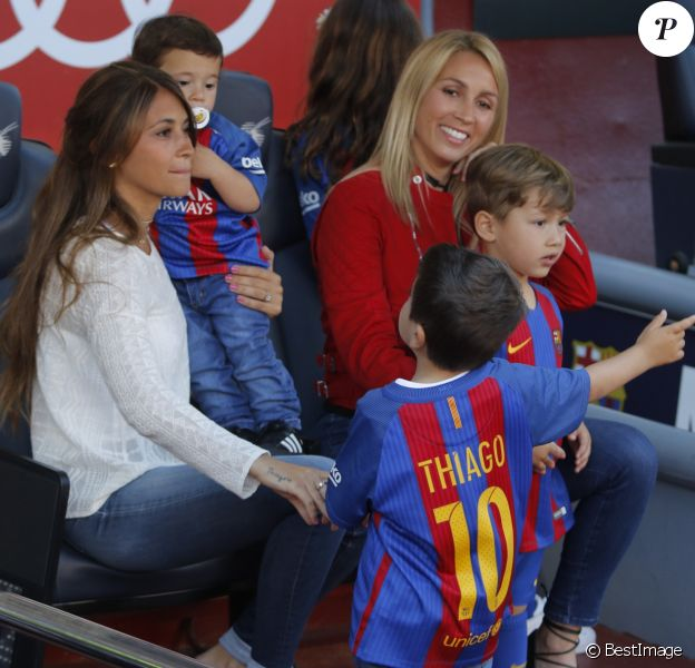 Antonella Roccuzzo (en blanc), compagne de Lionel Messi, et Sofia Balbi (en rouge), compagne de Luis Suarez, ont assisté avec leurs enfants (Mateo et Thiago pour la première, Delfina et Benjamin pour la seconde) au match FC Barcelone - Villarreal au Camp Nou à Barcelone le 6 mai 2017.
