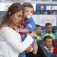 Antonella Roccuzzo, compagne de Lionel Messi, emmène son petit Mateo sur la pelouse du stade lors du match FC Barcelone - Villarreal au Camp Nou à Barcelone le 6 mai 2017.
