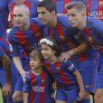 Luis Suarez avec ses enfants Delfina et Benjamin lors du match FC Barcelone - Villarreal au Camp Nou à Barcelone le 6 mai 2017.
