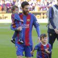 Lionel Messi a été rejoint par ses fils Thiago (4 ans) et Mateo (1 an) lors du match FC Barcelone - Villarreal au Camp Nou à Barcelone le 6 mai 2017.