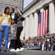 La first Lady et sa famille au complet, dans l'Ohio, en novembre 2008 lorsque Barack Obama était encore Sénateur de l'Illinois. Michelle, en mode décontracté chic, porte un jean très tendance bleu pétrole et un petit cardigan jaune.
