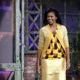 """Pour le  Tonight  show de Jay Leno, en 2008, Michelle Obama portait une jupe droite jaune vif, assortie d'un top très """"seventies"""" et d'un petit cardigan boutonné d'une belle broche rouille."""