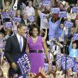 Aux côtés de son époux Barack Obama, pendant un rallye démocratique à Saint Paul, en 2008, Michelle dans une tenue violine réhaussée d'une jolie ceinture en cuir vernis était radieuse.