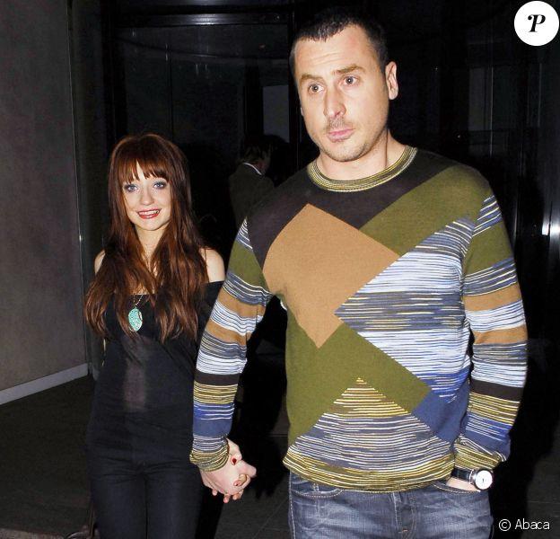 Nicola Roberts et son compagnon Carl Davies quittent le Met Bar à Londres, le 11 mars 2007