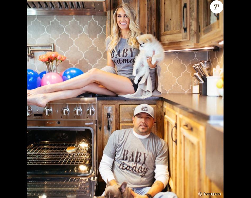 Jason Aldean et sa femme Britanny (Kerr) ont annoncé le 9 mai 2017 par le biais de cette photo originale publiée sur Instagram qu'ils attendent leur premier enfant.