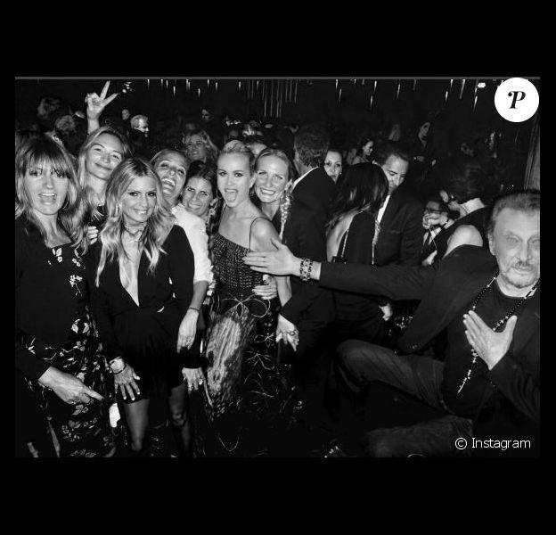 """Johnny Hallyday et ses """"girls"""" lors d'une soirée à Los Angeles, en mai 2017"""