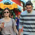 La jeune actrice Lucy Hale et son compagnon Anthony Kalabretta font du shopping à Brentwood le 21 novembre 2015.
