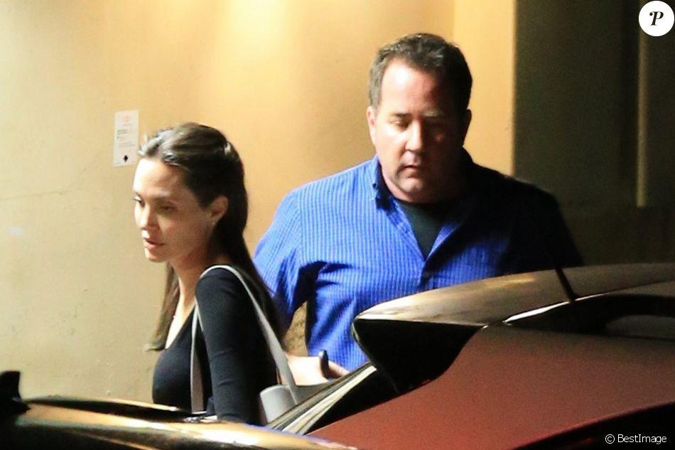 Exclusif - Angelina Jolie est allée diner avec ses enfants Pax, Zahara, Vivienne et Knox et son père Jon Voight à Beverly Hills. Angelina Jolie a vécu une enfance très particulière. Douloureuse et majoritairement passée au côté de sa mère actrice. À l'opposé, un père absent, séparé de la comédienne franco-canadienne en 1978 alors qu'Angie n'est âgée que de 3 ans à peine. Il semble que Angie ait pardonné son père et décidé de renouer des liens. Le 15 mai 2017