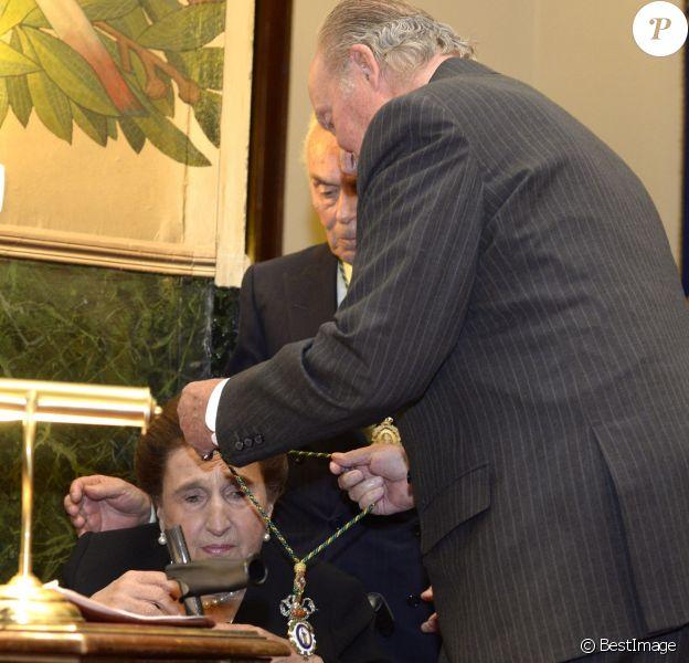 Le roi Juan Carlos décore sa soeur l'infante Margarita de Bourbon de la médaille d'or de l'Académie royale de médecine à Madrid en Espagne le 8 mai 2017.