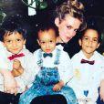 Tony Parker célèbre la fête des mères en publiant une photo de sa maman  Pamela Firestone entourée de ses trois enfants (Térence-Jonathan, Tony et Pierre Parker). Photo postée sur Instagram le 14 mai 2017.