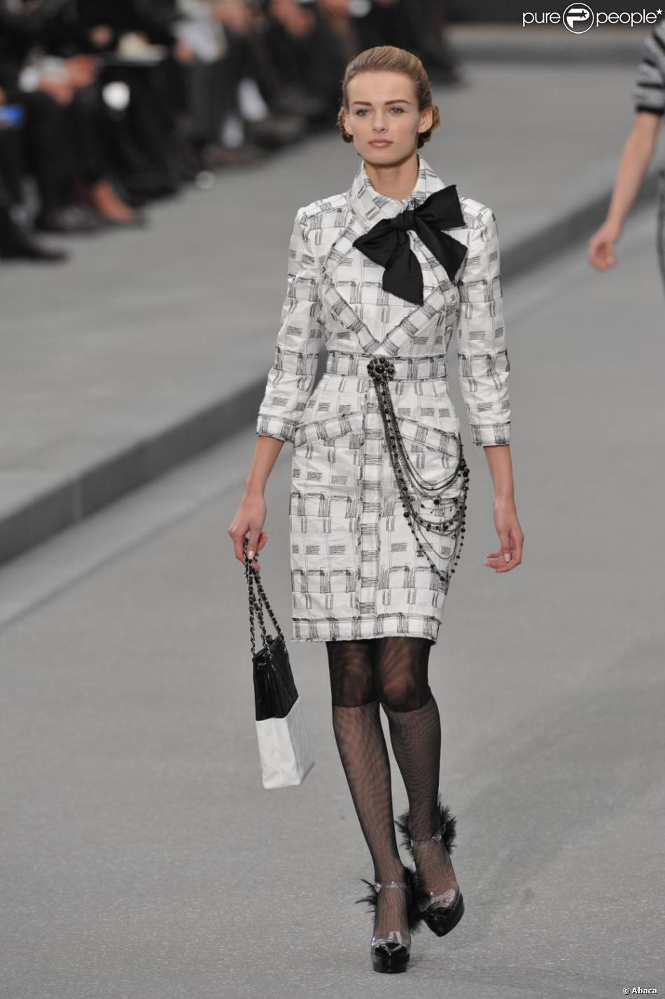 jolie robe tailleur noire et blanche issue de la collection printemps t 2009 sign e karl. Black Bedroom Furniture Sets. Home Design Ideas