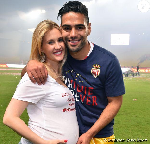 Radamel Falcao et sa femme Lorelei Taron enceinte durant la rencontre de football de Ligue 1 opposant Monaco à St Etienne au stade Louis II à Monaco le 17 mai 2017.