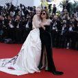 """Elle Fanning et Susan Sarandon (lunettes Gentle Monster) - Montée des marches du film """"Les Fantômes d'Ismaël"""" lors de la cérémonie d'ouverture du 70ème Festival International du Film de Cannes. Le 17 mai 2017 © Borde-Jacovides-Moreau/Bestimage"""