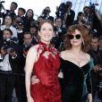 """Julianne Moore et Susan Sarandon (lunettes Gentle Monster) - Montée des marches du film """"Les Fantômes d'Ismaël"""" lors de la cérémonie d'ouverture du 70ème Festival International du Film de Cannes. Le 17 mai 2017 © Borde-Jacovides-Moreau/Bestimage"""