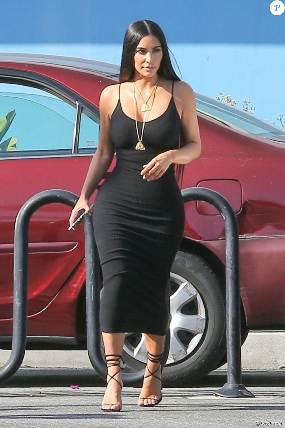 059f9535811 Kim Kardashian dans une robe noire moulante dans les rues de Los Angeles