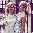 Victoria Monfort pose avec sa soeur aînée, Isaure Monfort, qui s'est mariée ce 27 mai 2017.