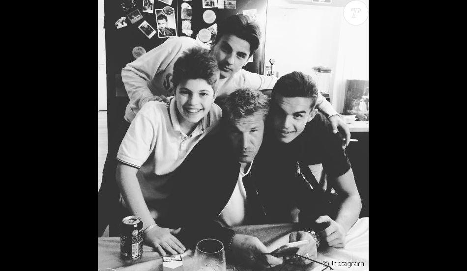 Benjamin Castaldi prend la pose avec ses trois fils : Julien, Simon et Enzo.