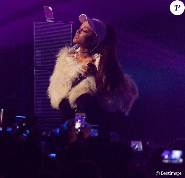 Ariana Grande en concert sur la scène du Allstate Arena à Rosemont, le 14 décembre 2016. © Daniel DeSlover via Zuma Press/Bestimage