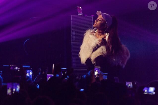 Ariana Grande en concert sur la scène du Allstate Arena à Rosemont le 14 décembre 2016
