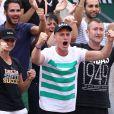 Dragan et Dzenita, les parents de Kristina Mladenovic, et son frère Luka fous de joie dans les tribunes de Roland-Garros à Paris, le 2 juin 2017, lors de sa qualification pour les huitièmes de finale du tournoi. © Jacovides-Moreau/Bestimage