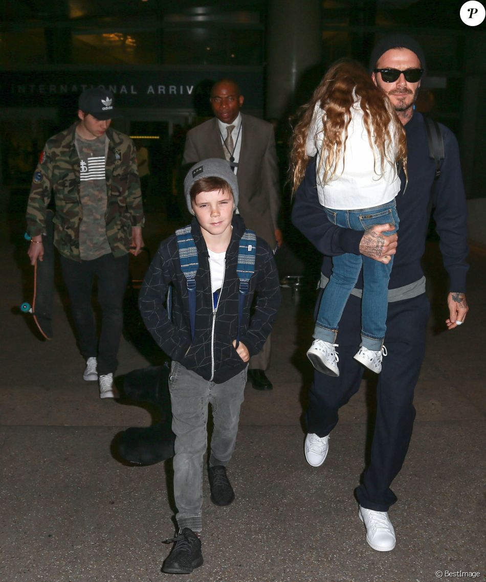 David Beckham arrive avec ses enfants Brooklyn, Romeo, Cruz et Harper à l'aéroport de LAX à Los Angeles, le 24 mars 2016