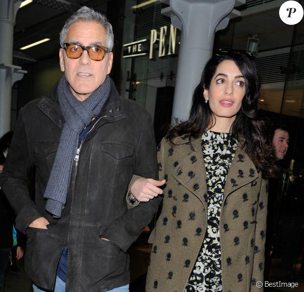 George Clooney et sa femme Amal Alamuddin (enceinte) arrivent à Londres par l'Eurostar le 26 février 2017.