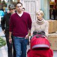 Jaime Pressly fait du shopping à The Grove avec son mari Simran Singh, et leur fils Dezi James le 23 décembre 2009