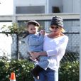 Jaime Pressly et son fils Dezi dans les rues de Los Angeles, le 25 janvier 2011
