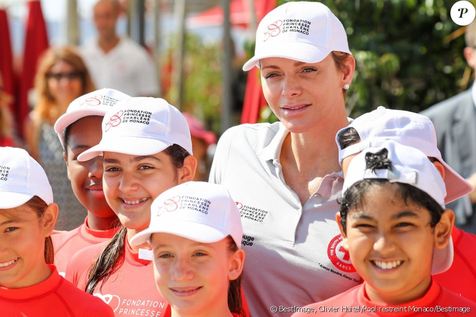 La princesse Charlene de Monaco lutte contre la noyade — Natation