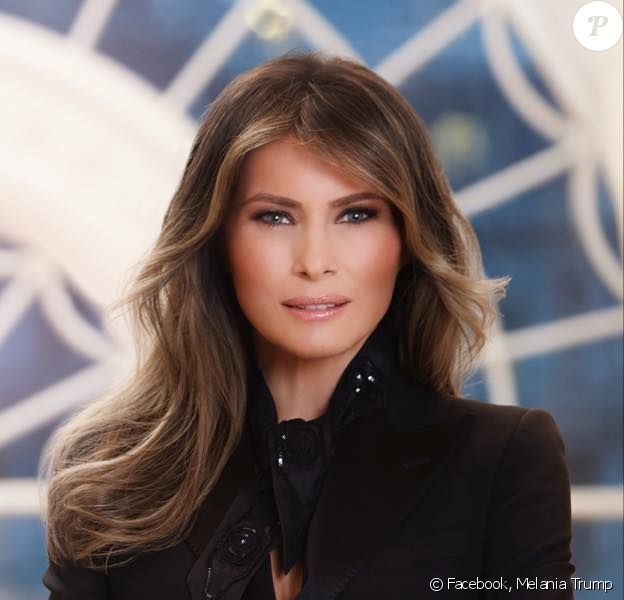 Portrait officiel de Melania Trump, habillée d'un blazer noir Dolce & Gabbana.