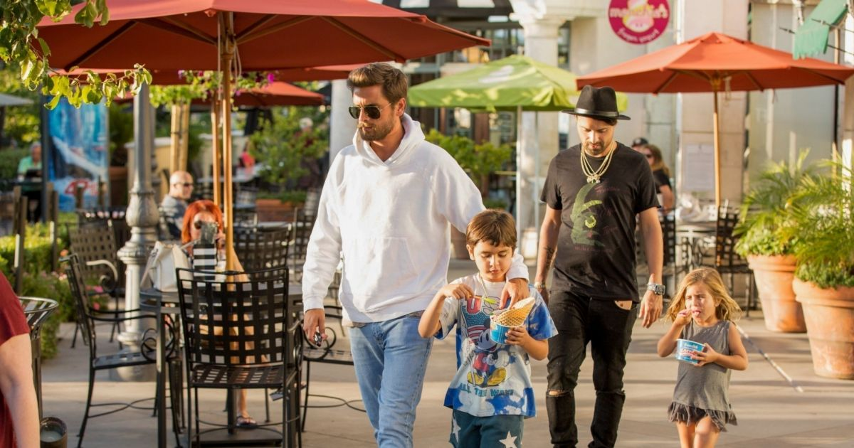 Exclusif scott disick emm ne ses enfants chez king 39 s for Kings fish calabasas