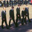 Le prince Harry a gardé un souvenir traumatisant des funérailles publiques de sa mère Lady Di, le 6 septembre 1997 à Londres. Agé de 12 ans et au côté de William (15 ans), il avait eu à marcher derrière le cercueil pendant une demi-heure jusqu'à l'abbaye de Westminster, sous le regard de millions de Britanniques et de téléspectateurs du monde entier.