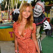 Zahia poupée ultra-décolletée à la fête foraine, Lola Marois avec les enfants