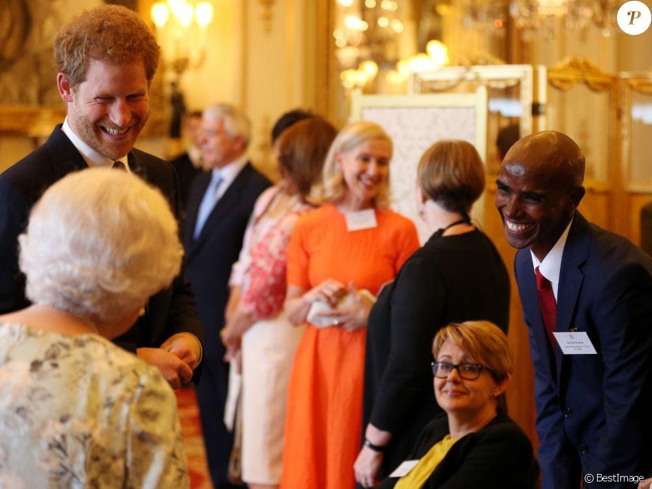 Le prince Harry secondait sa grand,mère la reine Elizabeth II lors de la  remise