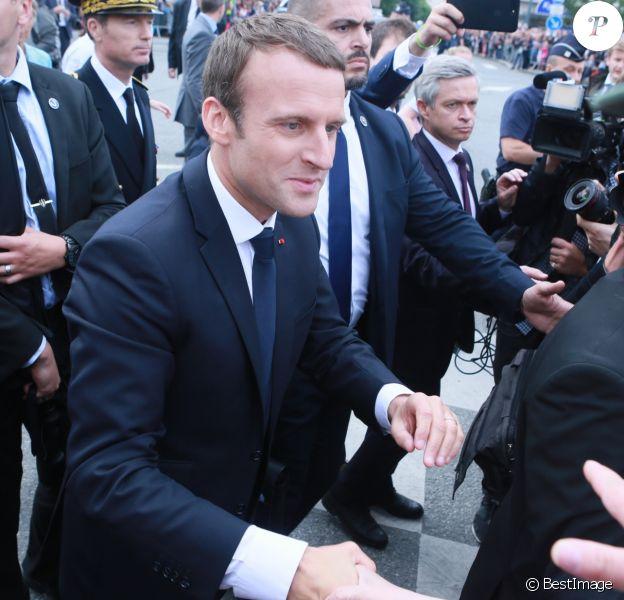 Le président de la République française Emmanuel Macron pendant un bain de foule à son arrivée à Rennes lors de l'inauguration de la nouvelle ligne à grande vitesse (LGV) Paris-Rennes, le 1 juillet 2017.