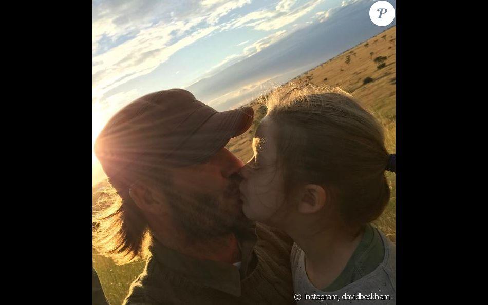David Beckham embrasse sa fille Harper sur la bouche lors d'un safari en Afrique. Photo publiée sur Instagram le 1er juin 2017.