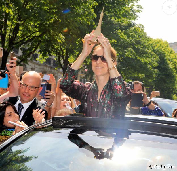 Céline Dion salue ses fans à la sortie de l'hôtel Royal Monceau à Paris le 5 juillet 2017.