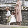 Le prince George de Cambridge et la princesse Charlotte de Cambridge avec leur mère Kate Middleton lors du mariage de leur tante Pippa Middleton et James Matthews à Englefield, dans le Berkshire, le 20 mai 2017.