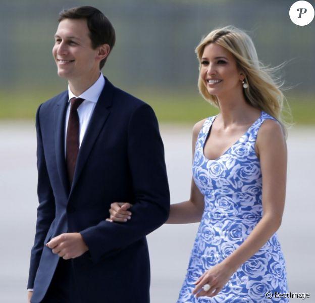 Jared Kushner et Ivanka Trump à leur arrivéee à l'aéroport de Hambourg accueillis par Olaf Scholz à bord de Air Force One, le 6 juillet 2017 pour assister au G20.